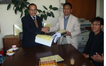 Mr Gopal Babu Bhattarai, NEA PM and Mr Nawa Raj Shrestha, NHE Deputy GM signing Contract Agreement